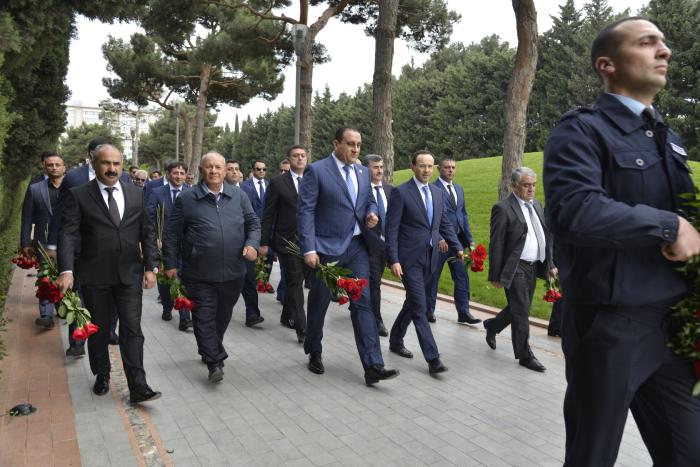 """""""Azpetrol"""" şirkəti Ulu Öndər Heydər Əliyevin məzarını ziyarət edib"""